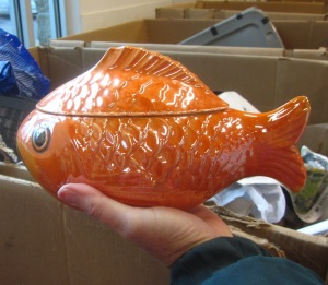 sad-goldfish-reunited-with-his-lid